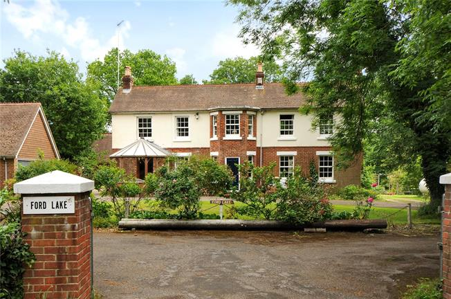 Guide Price £895,000, 4 Bedroom Detached House For Sale in Botley, SO32