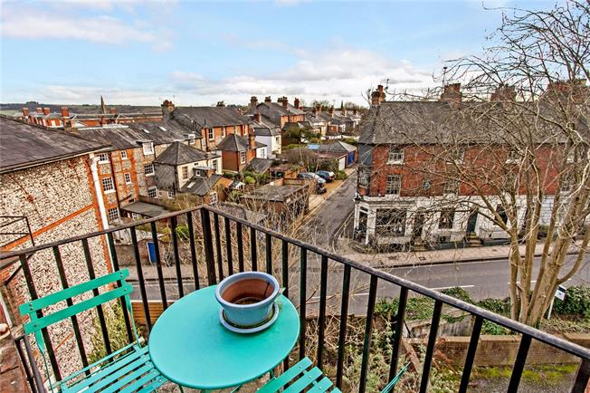 Asking Price £350,000, 2 Bedroom Flat For Sale in Winchester, Hampshire, SO22