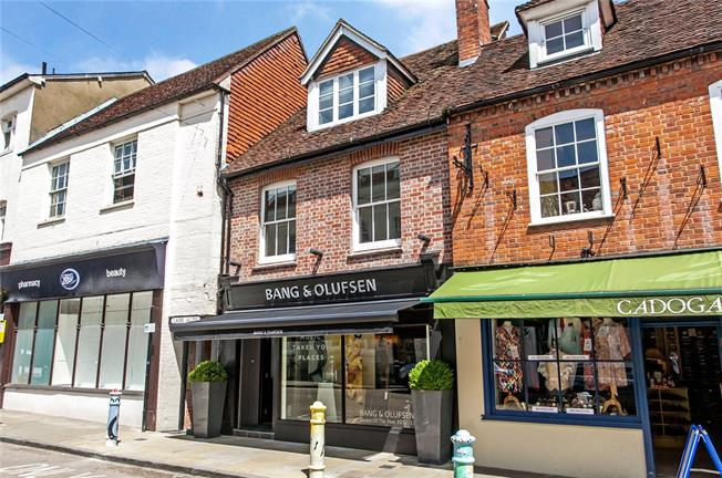 Guide Price £375,000, 2 Bedroom Flat For Sale in Winchester, SO23