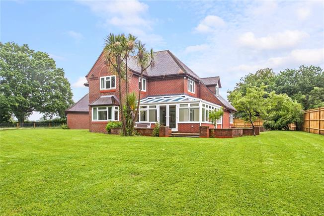 Guide Price £800,000, 4 Bedroom Detached House For Sale in Durley, SO32