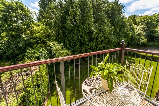 Guide Price £450,000, 2 Bedroom Flat For Sale in Winchester, Hampshire, SO22