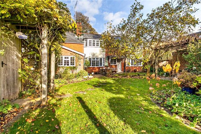 Guide Price £1,000,000, 4 Bedroom Detached House For Sale in Hampshire, SO23