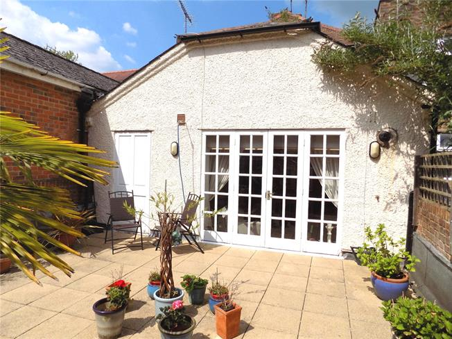 Guide Price £340,000, 2 Bedroom Flat For Sale in Winchester, SO23