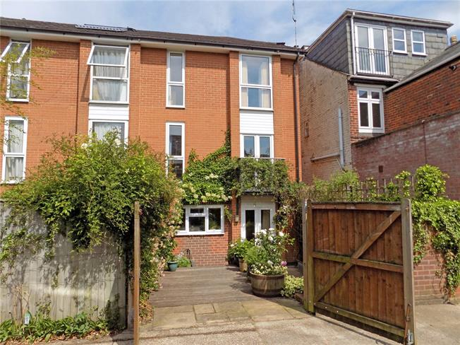 Guide Price £550,000, 3 Bedroom Semi Detached House For Sale in Winchester, SO22