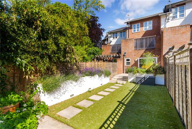 Guide Price £825,000, 3 Bedroom House For Sale in Winchester, SO23