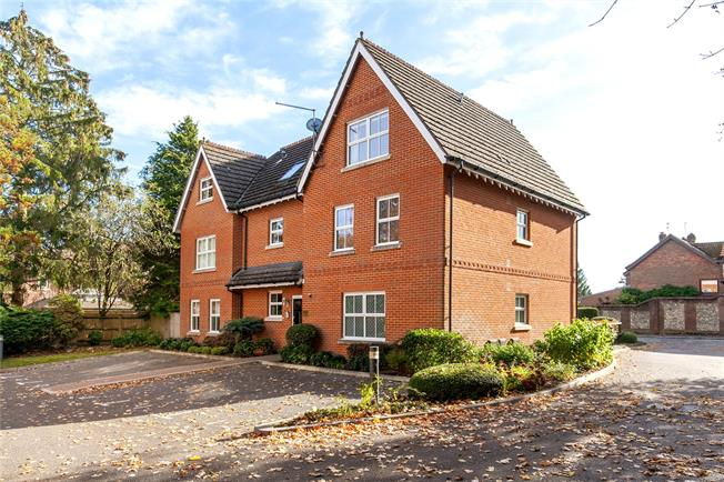 Guide Price £330,000, 2 Bedroom Flat For Sale in Winchester, SO23