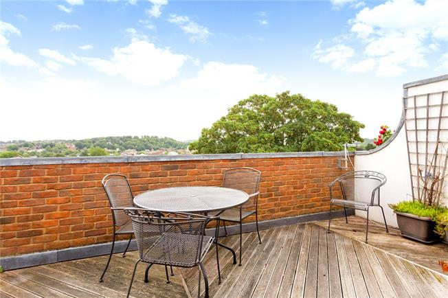 Guide Price £650,000, 3 Bedroom Flat For Sale in Winchester, SO23