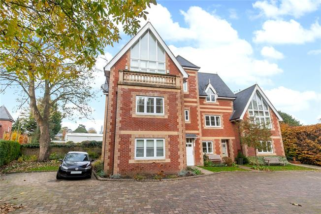 Guide Price £450,000, 2 Bedroom Flat For Sale in Winchester, SO23
