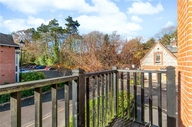 Guide Price £250,000, 1 Bedroom Flat For Sale in Winchester, SO22