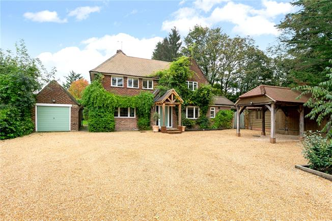 Guide Price £925,000, 4 Bedroom Detached House For Sale in Otterbourne, SO21