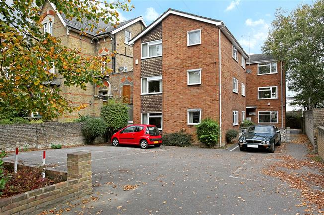 Guide Price £335,000, 2 Bedroom Flat For Sale in Windsor, SL4