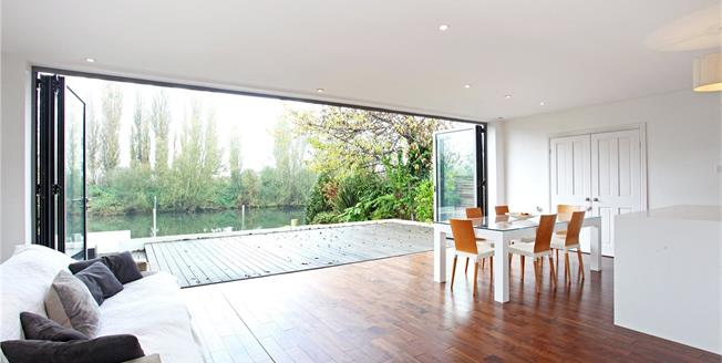 Guide Price £950,000, 4 Bedroom Detached House For Sale in Wraysbury, TW19