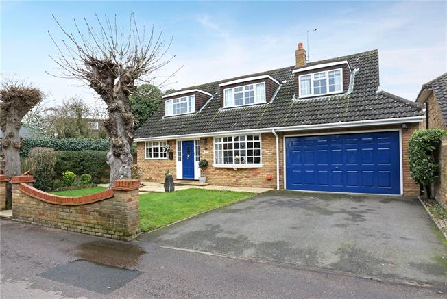 Guide Price £925,000, 4 Bedroom Bungalow For Sale in Datchet, SL3