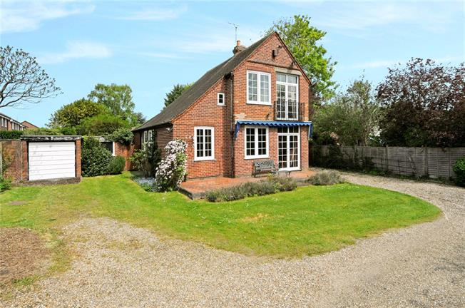 Guide Price £775,000, 3 Bedroom Detached House For Sale in Berkshire, SL4