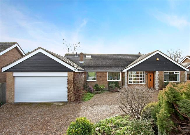 Guide Price £895,000, 5 Bedroom Detached House For Sale in Datchet, SL3