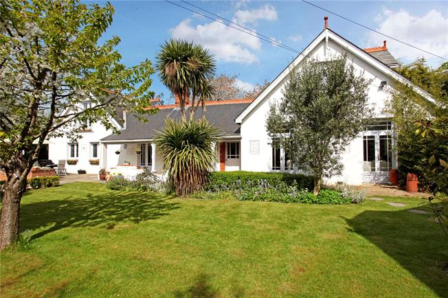 Offers in excess of £1,100,000, 5 Bedroom Detached House For Sale in Datchet, SL3