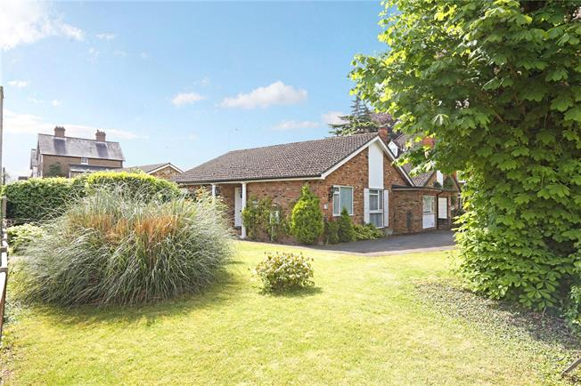 Guide Price £600,000, 2 Bedroom Bungalow For Sale in Datchet, SL3