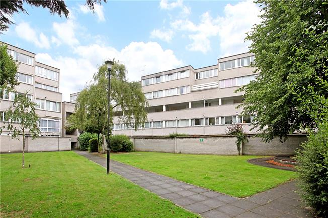 Guide Price £325,000, 2 Bedroom Flat For Sale in Windsor, SL4