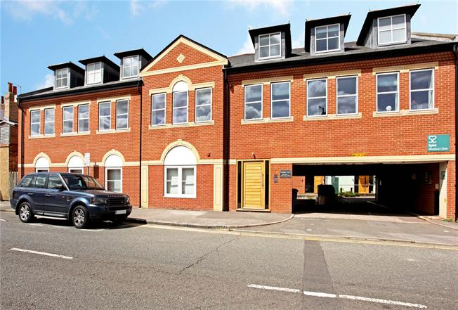 Guide Price £730,000, 2 Bedroom Flat For Sale in Windsor, Berkshire, SL4
