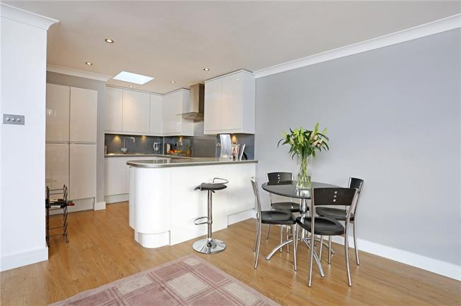 Guide Price £360,000, 2 Bedroom Flat For Sale in Windsor, SL4