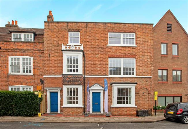 Guide Price £535,000, 2 Bedroom Flat For Sale in Windsor, SL4