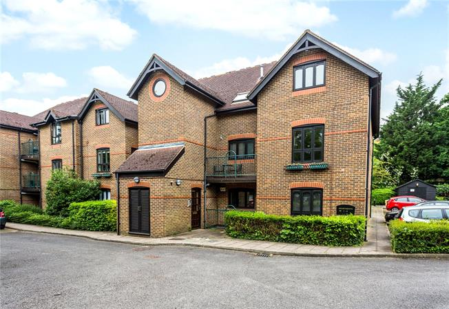 Guide Price £535,000, 3 Bedroom Flat For Sale in Windsor, SL4