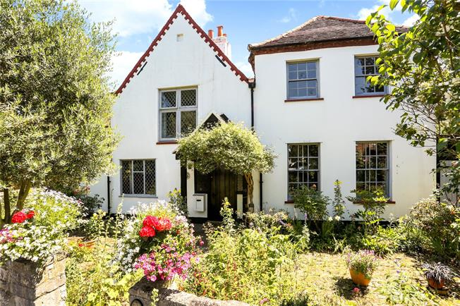 Guide Price £800,000, 5 Bedroom House For Sale in Wraysbury, TW19