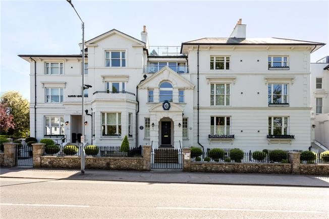 Guide Price £900,000, 2 Bedroom Flat For Sale in Windsor, SL4