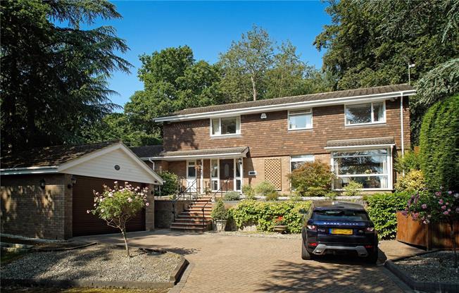 Guide Price £920,000, 4 Bedroom Detached House For Sale in Windsor, SL4
