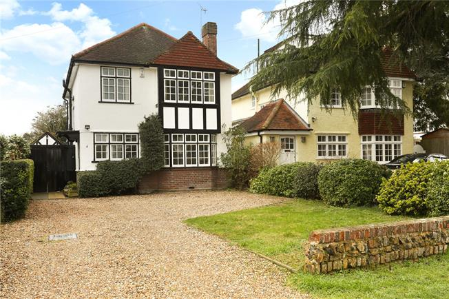 Guide Price £695,000, 3 Bedroom Detached House For Sale in Datchet, SL3