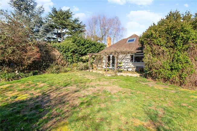 Guide Price £650,000, 4 Bedroom Detached House For Sale in Wraysbury, TW19