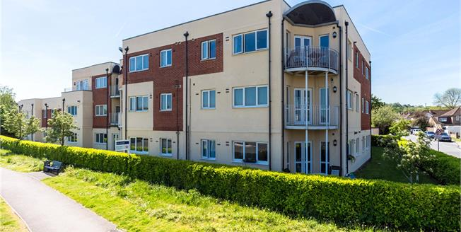 Guide Price £300,000, 2 Bedroom Flat For Sale in Windsor, SL4