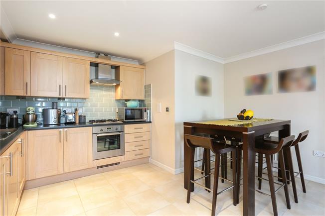 Guide Price £300,000, 2 Bedroom Flat For Sale in Windsor, SL4