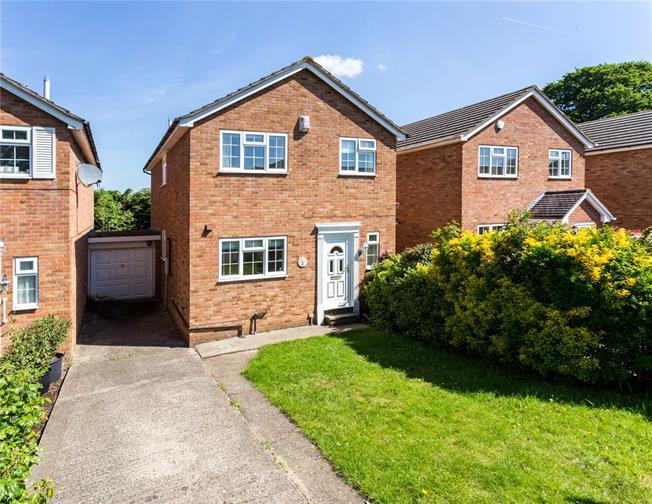 Guide Price £550,000, 4 Bedroom Detached House For Sale in Windsor, SL4