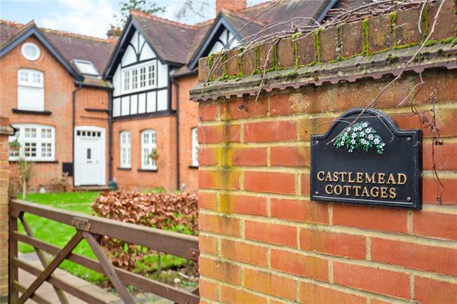 Guide Price £499,000, 2 Bedroom Flat For Sale in Windsor, SL4