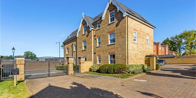 Guide Price £475,000, 3 Bedroom Flat For Sale in Windsor, SL4