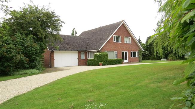 Guide Price £800,000, 4 Bedroom Detached House For Sale in Warwickshire, CV37