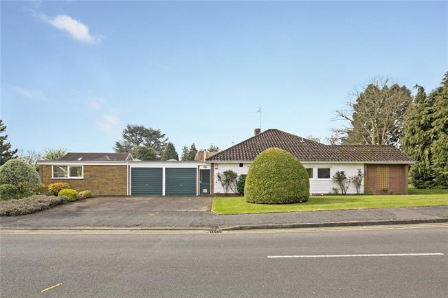Guide Price £625,000, 3 Bedroom Bungalow For Sale in Warwickshire, CV37