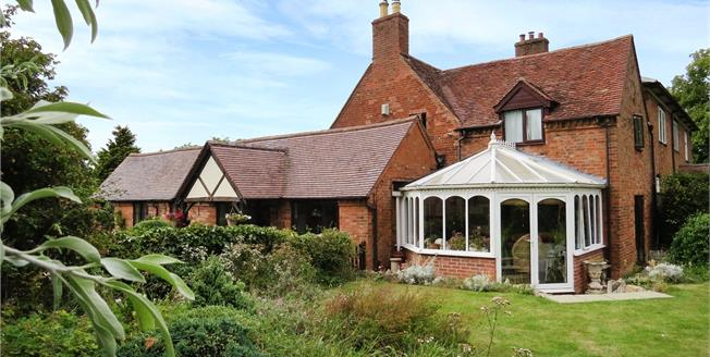 Guide Price £585,000, 4 Bedroom Semi Detached House For Sale in Warwickshire, CV37