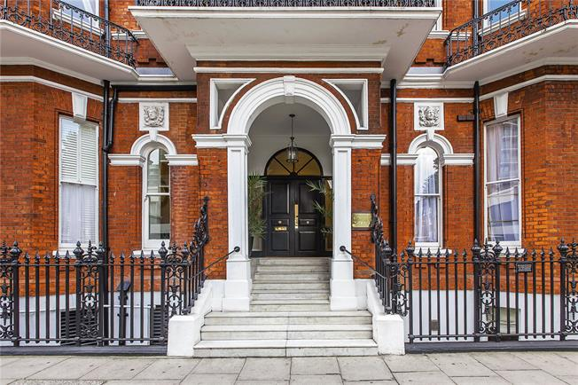 Asking Price £1,600,000, 2 Bedroom Flat For Sale in London, W1H