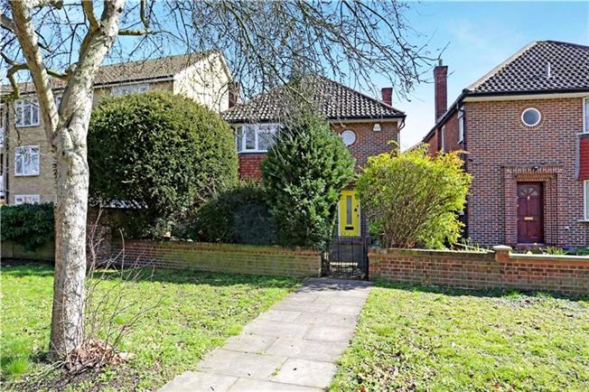 Asking Price £899,950, 3 Bedroom Detached House For Sale in Ealing, W5