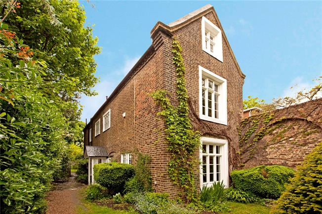 Asking Price £1,750,000, 5 Bedroom Detached House For Sale in Ealing, W5