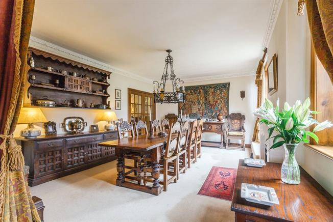 Guide Price £1,375,000, 6 Bedroom Flat For Sale in London, W3