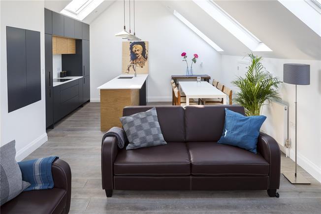 Asking Price £799,950, 3 Bedroom Maisonette For Sale in Ealing, W5