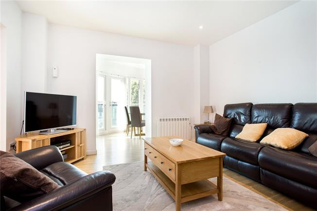 Asking Price £630,000, 3 Bedroom Flat For Sale in Ealing, W5