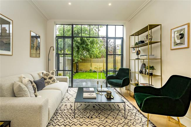 Guide Price £750,000, 2 Bedroom Flat For Sale in Ealing Common, W3