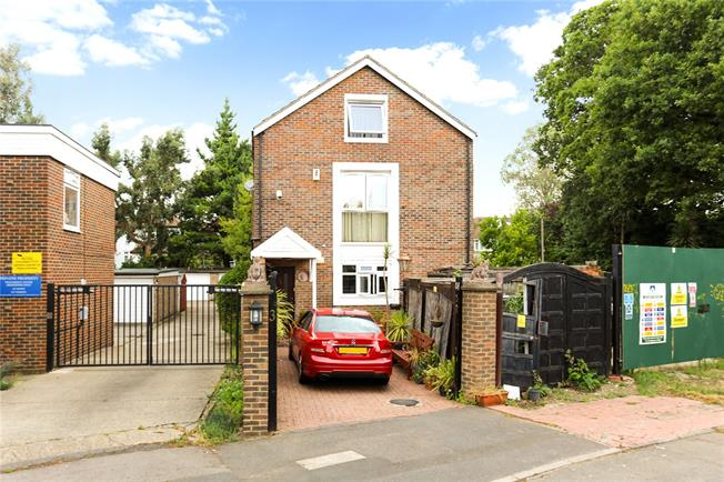 Guide Price £1,200,000, 6 Bedroom Detached House For Sale in Ealing, W5