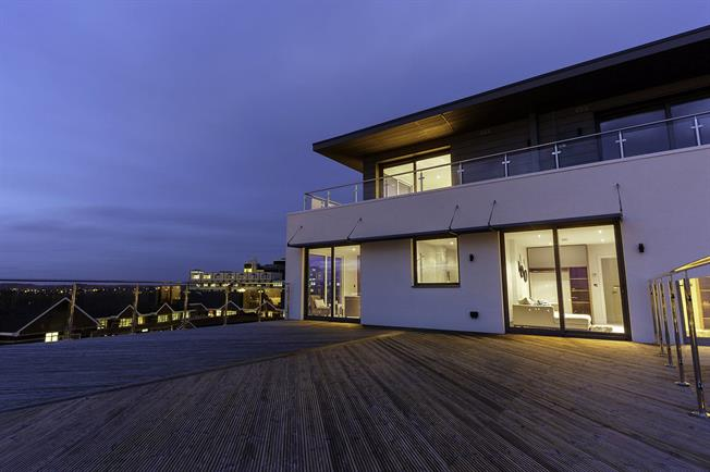 Guide Price £599,950, 3 Bedroom Flat For Sale in Poole, Dorset, BH15