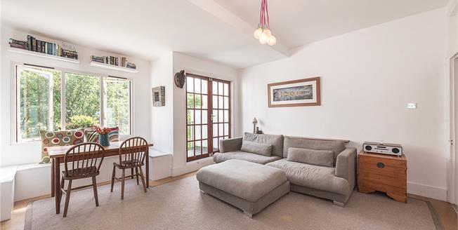 Asking Price £650,000, 3 Bedroom Flat For Sale in London, N10