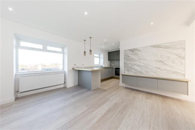 Asking Price £350,000, 2 Bedroom Flat For Sale in London, N10